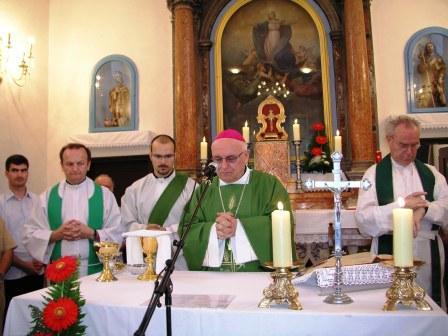Nadbiskup Ivan Prenđa predvodi misu, Rava