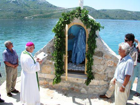 Blagoslov kapelice i kipa na obali u Veloj Ravi