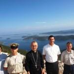 Nadbiskup Puljić na Dugom otoku, u pozadini Rava